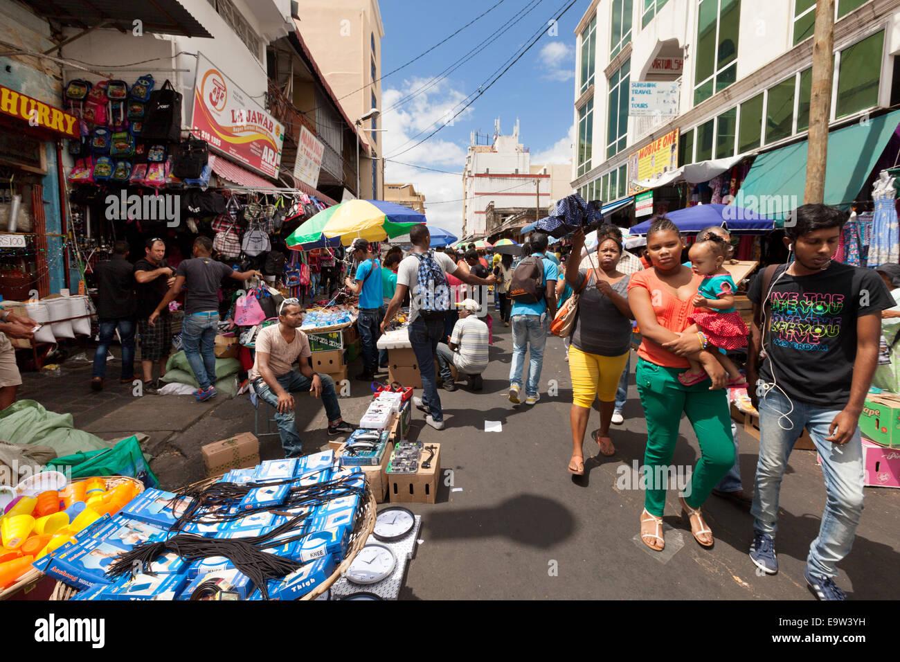 L'Ile Maurice, Port Louis, Maurice local people shopping dans le quartier de la rue du marché en plein Photo Stock