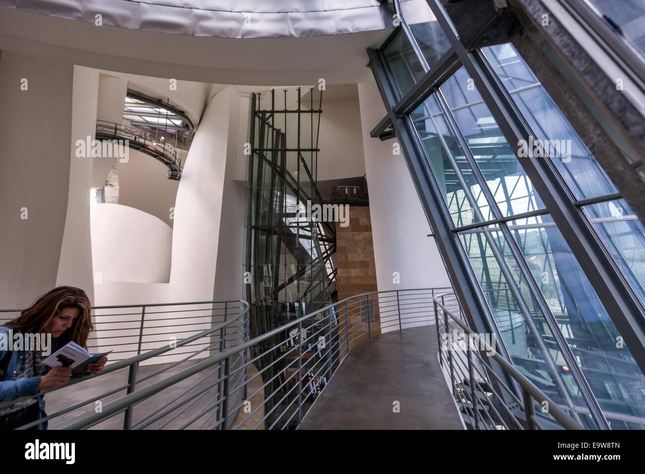 Intérieur du Musée Guggenheim Bilbao conçu par l'architecte Frank Gehry, canado-américaines Banque D'Images