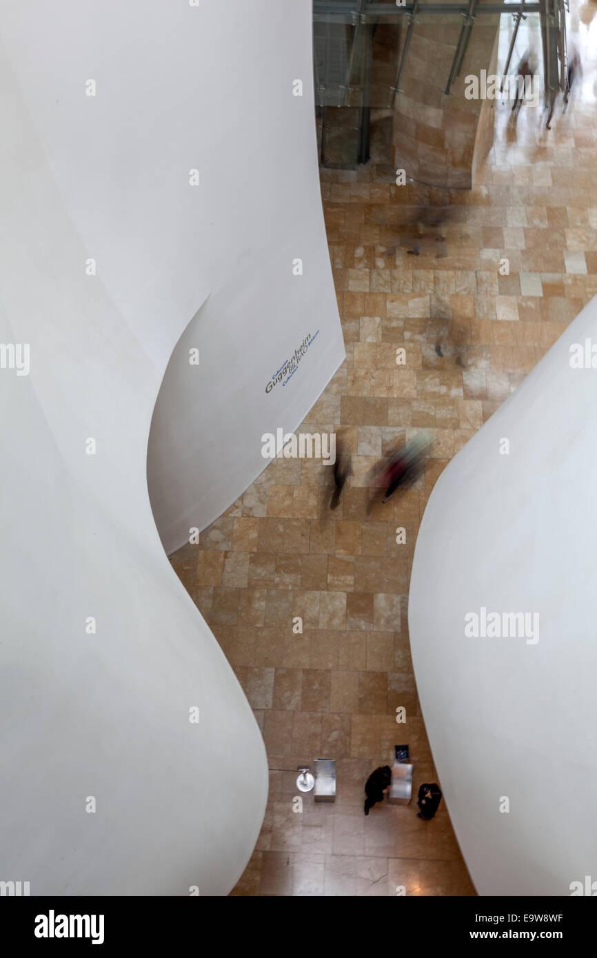 Les visiteurs dans les mouvements à l'intérieur du Musée Guggenheim Bilbao conçu par l'architecte Frank Gehry, canado Banque D'Images