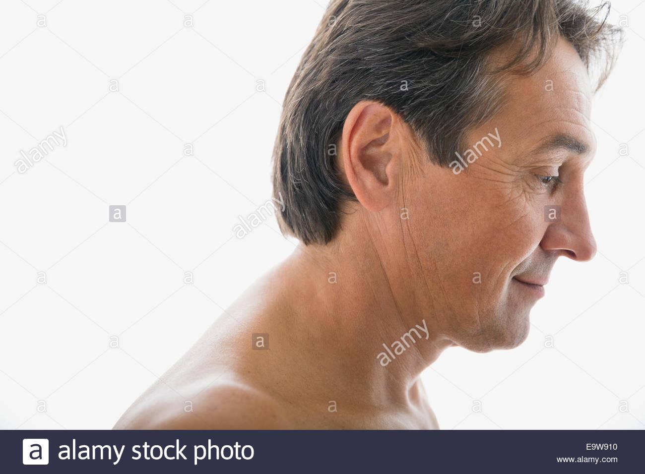 Pensive torse nu homme regardant vers le bas Photo Stock
