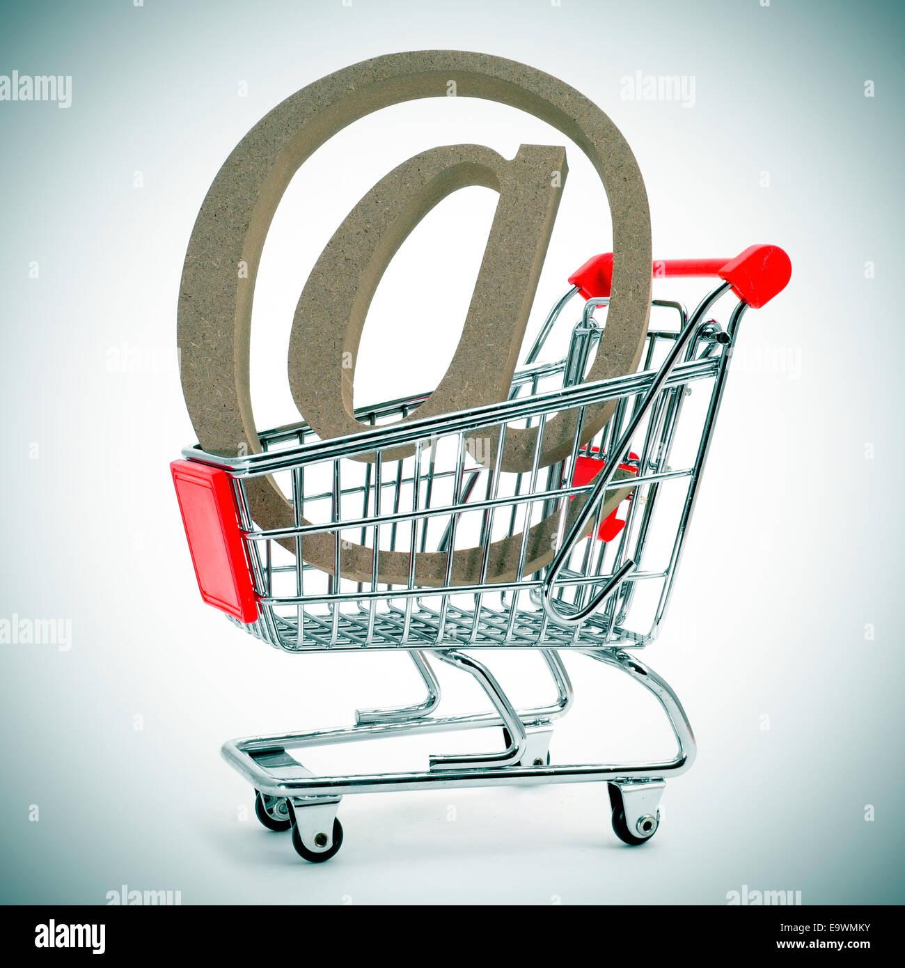À un signe dans un panier, illustrant le concept d'e-achat ou e-commerce Photo Stock