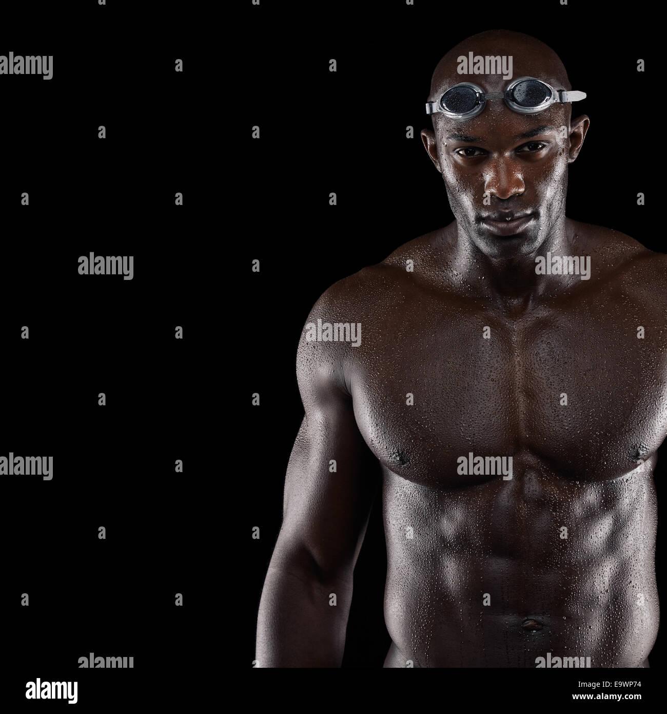 Studio shot of nageur professionnel avec copie espace. Jeune homme africain de construire le port de lunettes de Photo Stock