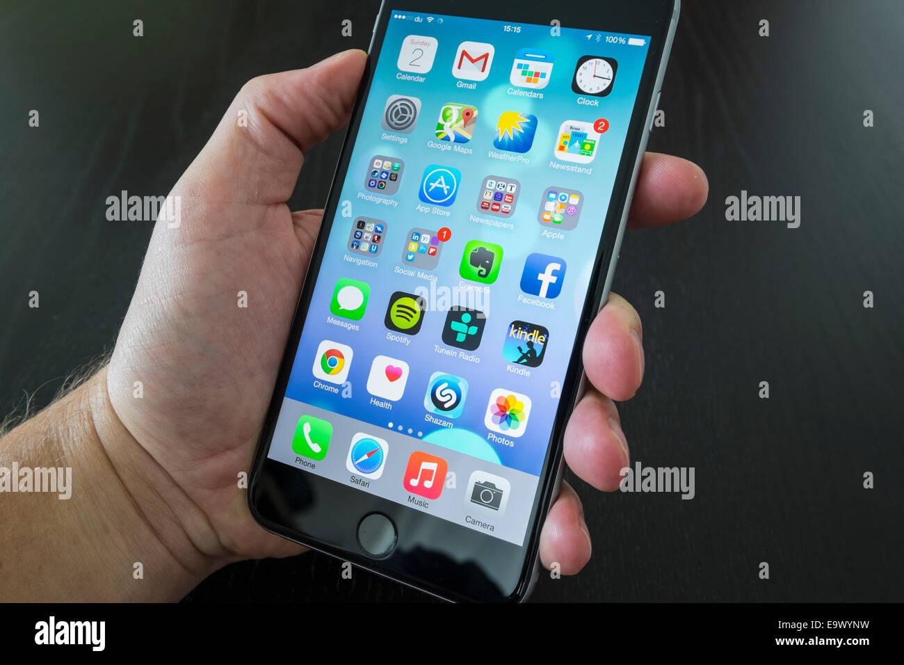 Close up of man en utilisant nouvel iPhone 6 Plus smart phone Photo Stock
