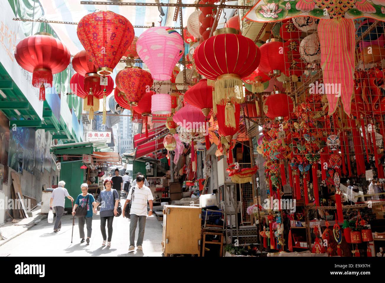 Lampes chinois à vendre se suspendre à un décrochage dans le quartier central de Hong Kong. Photo Stock