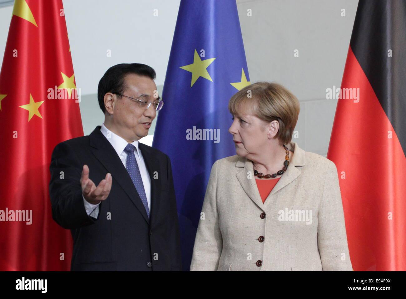 Li Keqiang, Angela Merkel et les ministres signent les traités économiques lors de visite officielle le Photo Stock