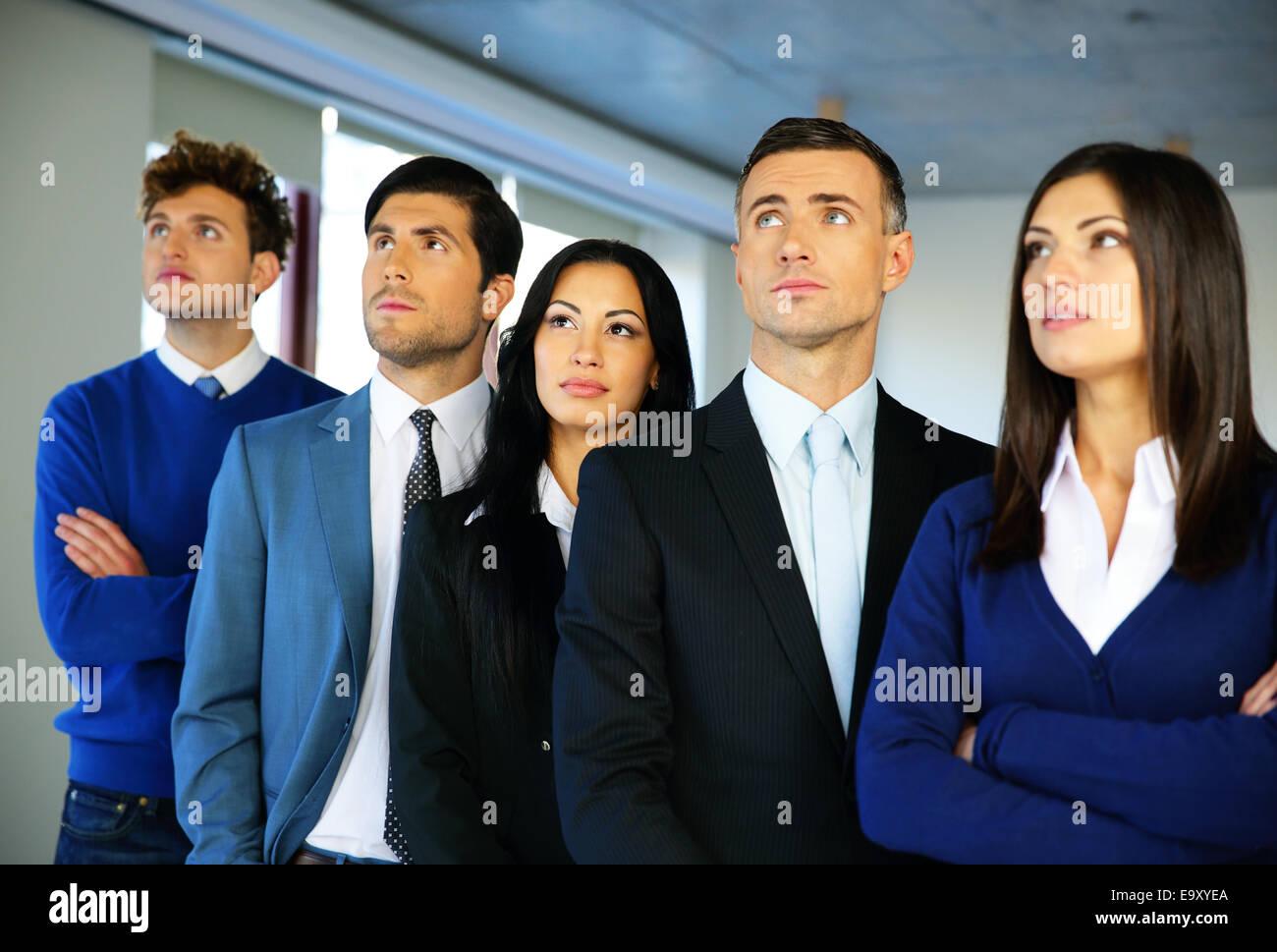 Groupe de gens d'affaires dans le bureau. Regarder vers le haut. Photo Stock