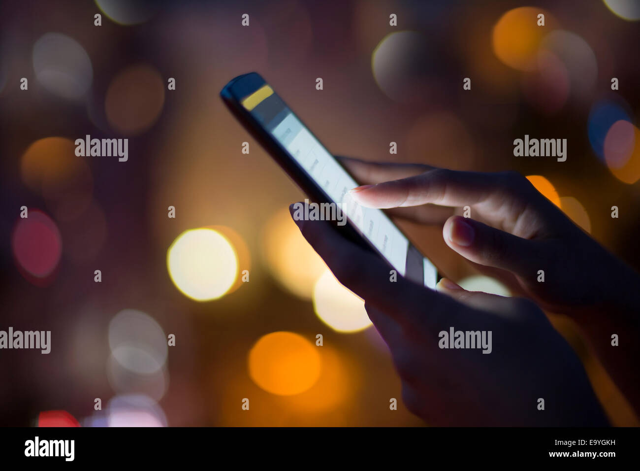App adultes caucasiens business mobile de la cellule de communication de la ville de la connexion femelle fille Photo Stock