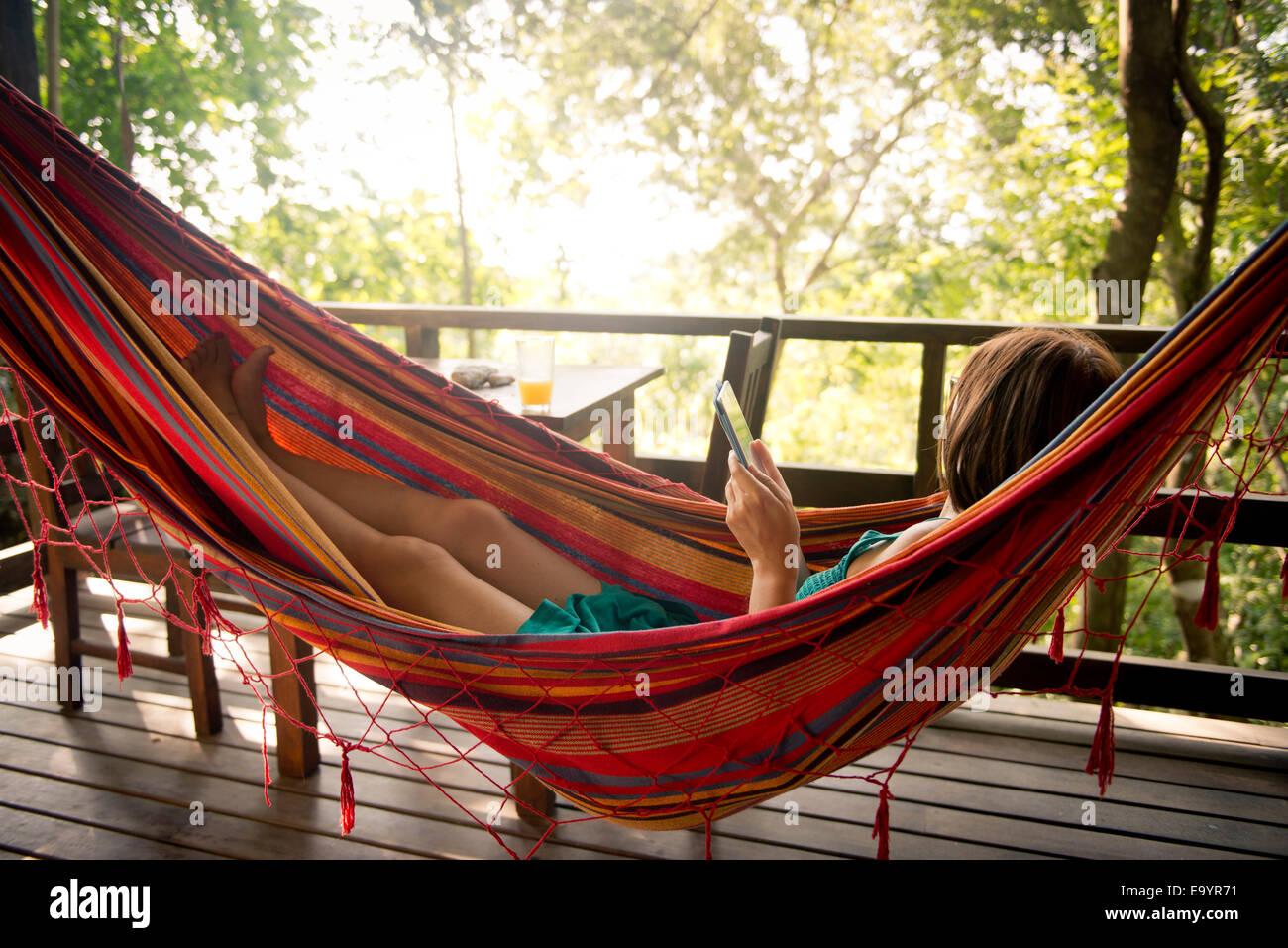 Une femme se détendre dans un hamac. Montezuma, Costa Rica Photo Stock