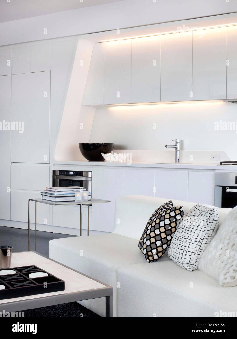 L'ensemble de la table de cuisine blanche et en appartement loft Photo Stock