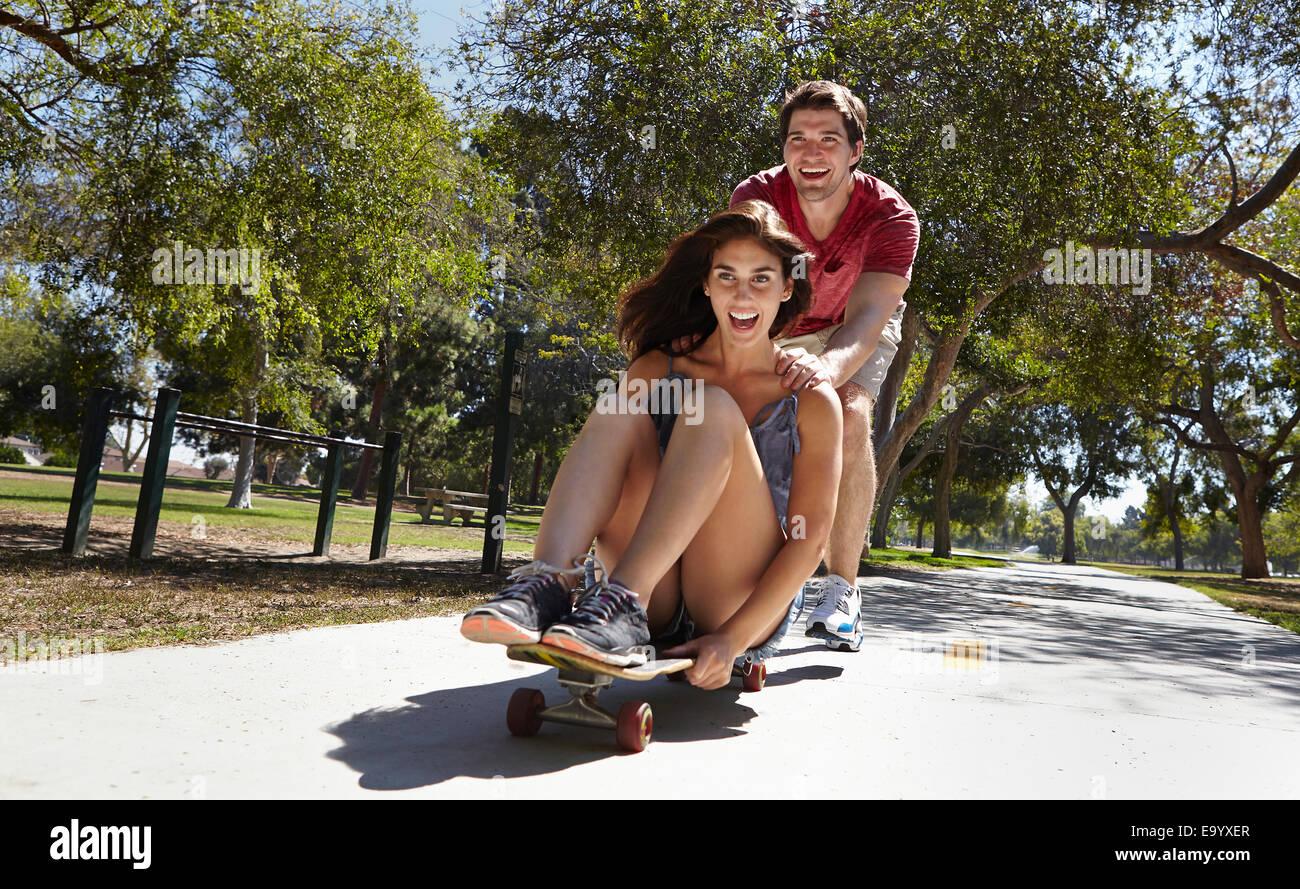 Jeune couple en skate park Photo Stock