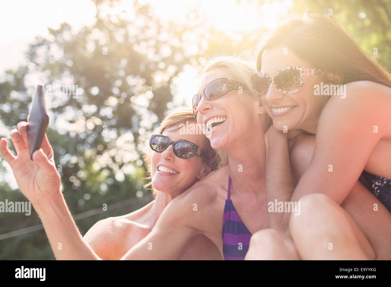 Trois femmes mûres en maillots de bain, taking self portrait Photo Stock