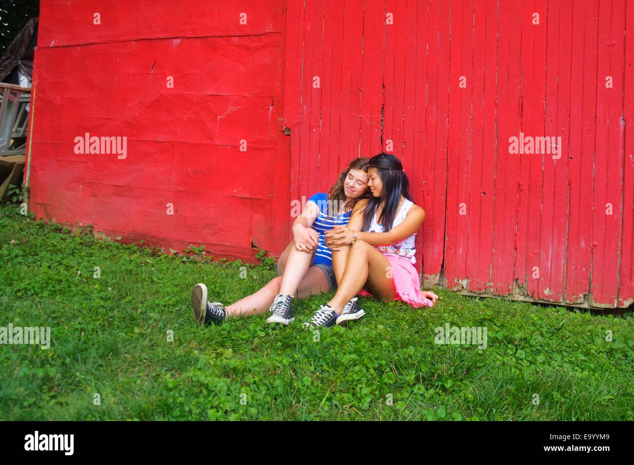 Deux adolescents de détente en plein air Banque D'Images