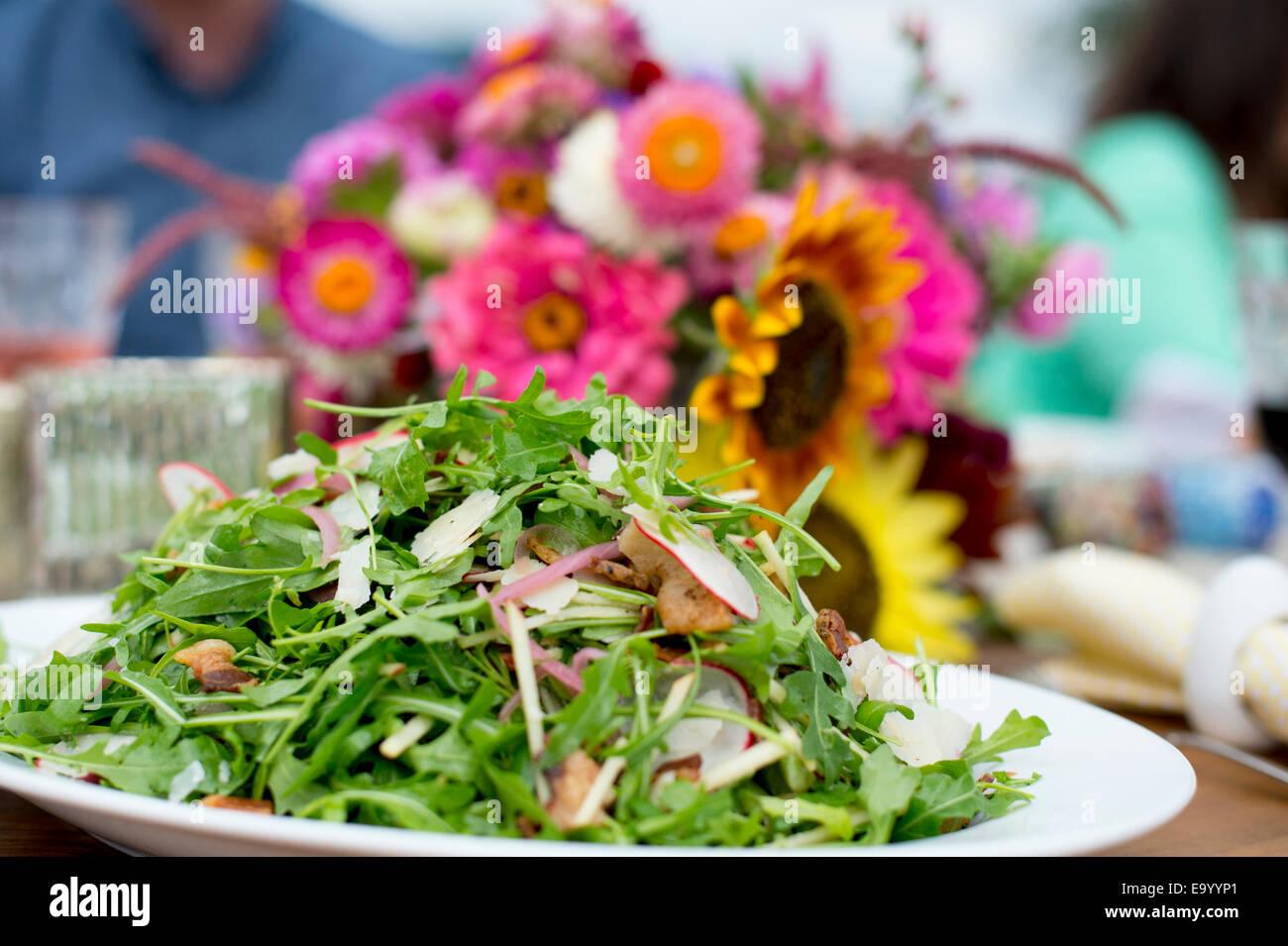 Salade fraîche sur une assiette de service, prêt à être servi Photo Stock