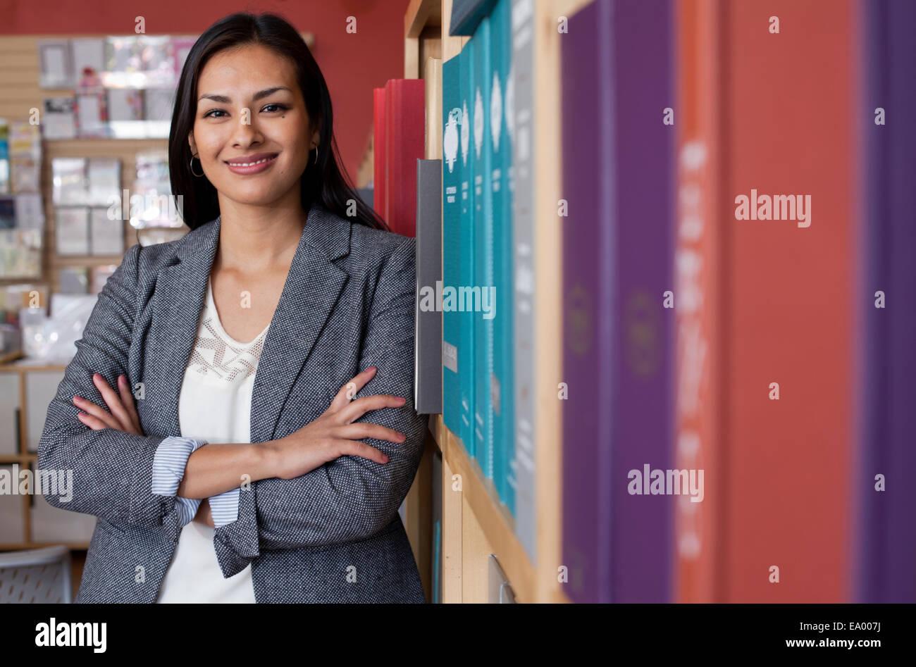 Portrait of young female sales assistant dans la papeterie shop Banque D'Images