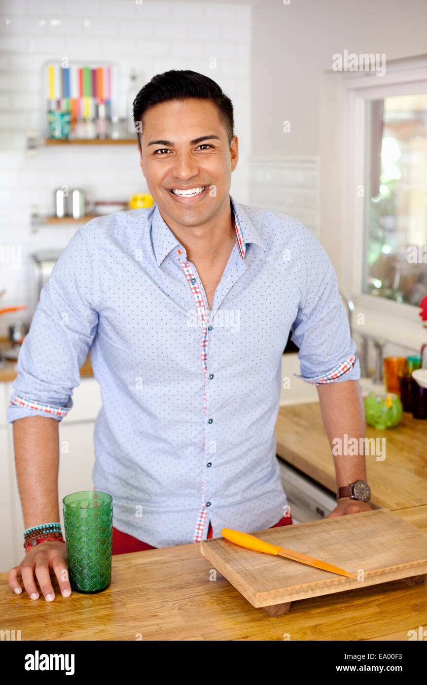 Mid adult man in kitchen, portrait Photo Stock