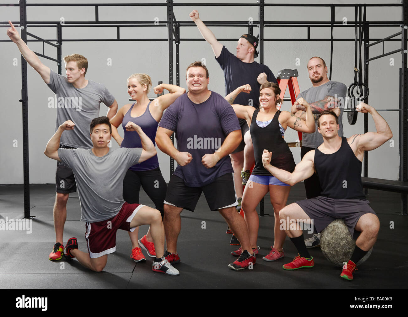 Portrait de huit personnes flexing muscles in gym Photo Stock