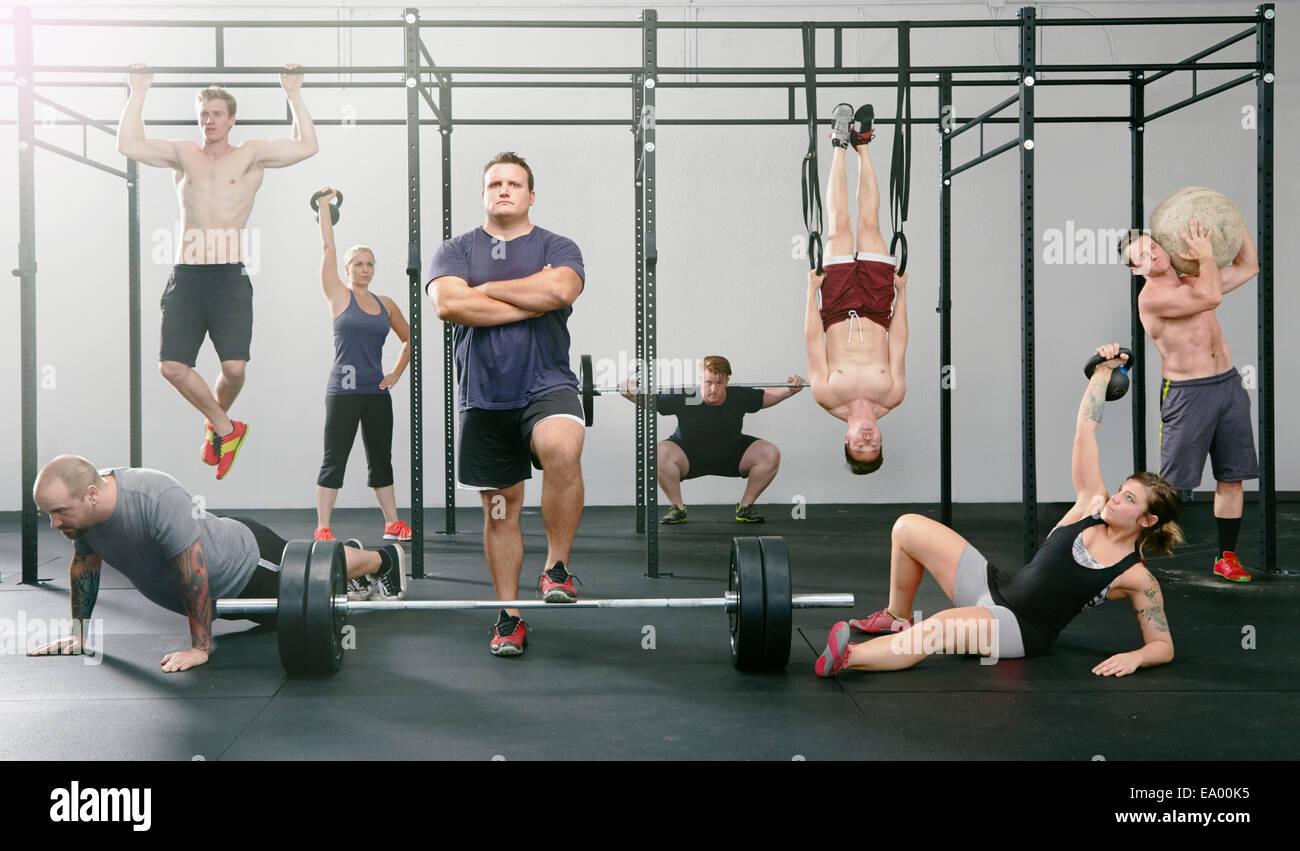 Portrait de huit hommes et femmes actives dans la salle de sport Photo Stock