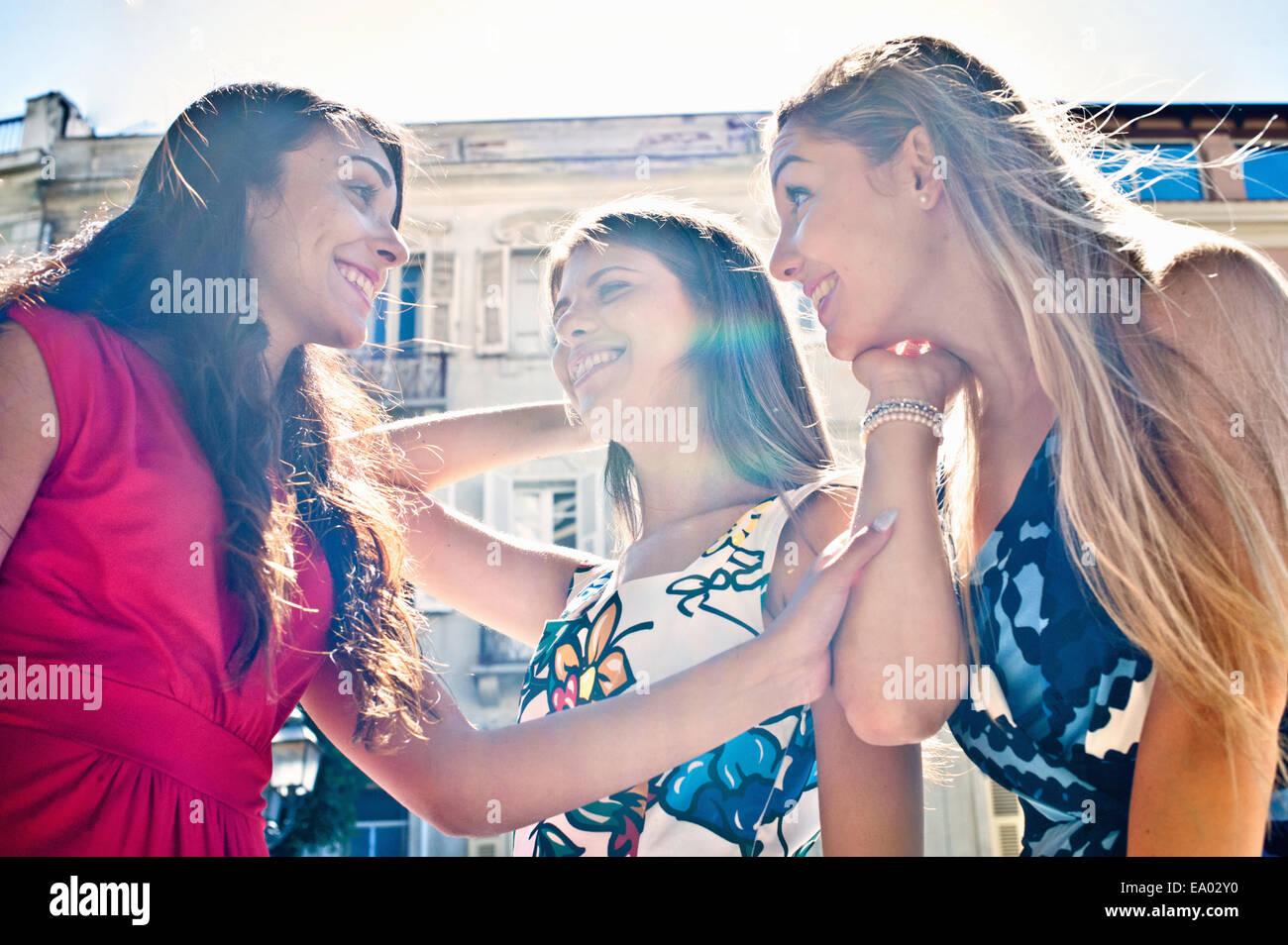 Trois jeunes femmes friends chatting on street, Cagliari, Sardaigne, Italie Photo Stock