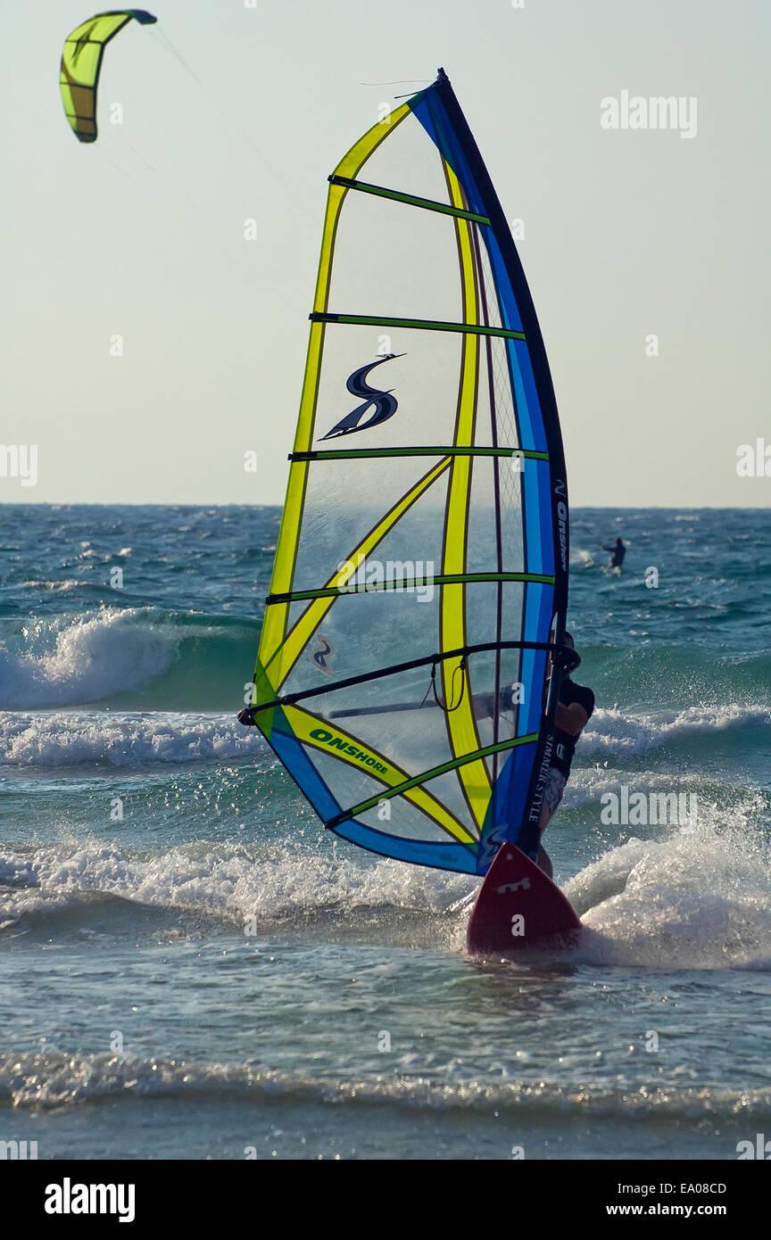 La planche à voile dans la mer Méditerranée Photo Stock