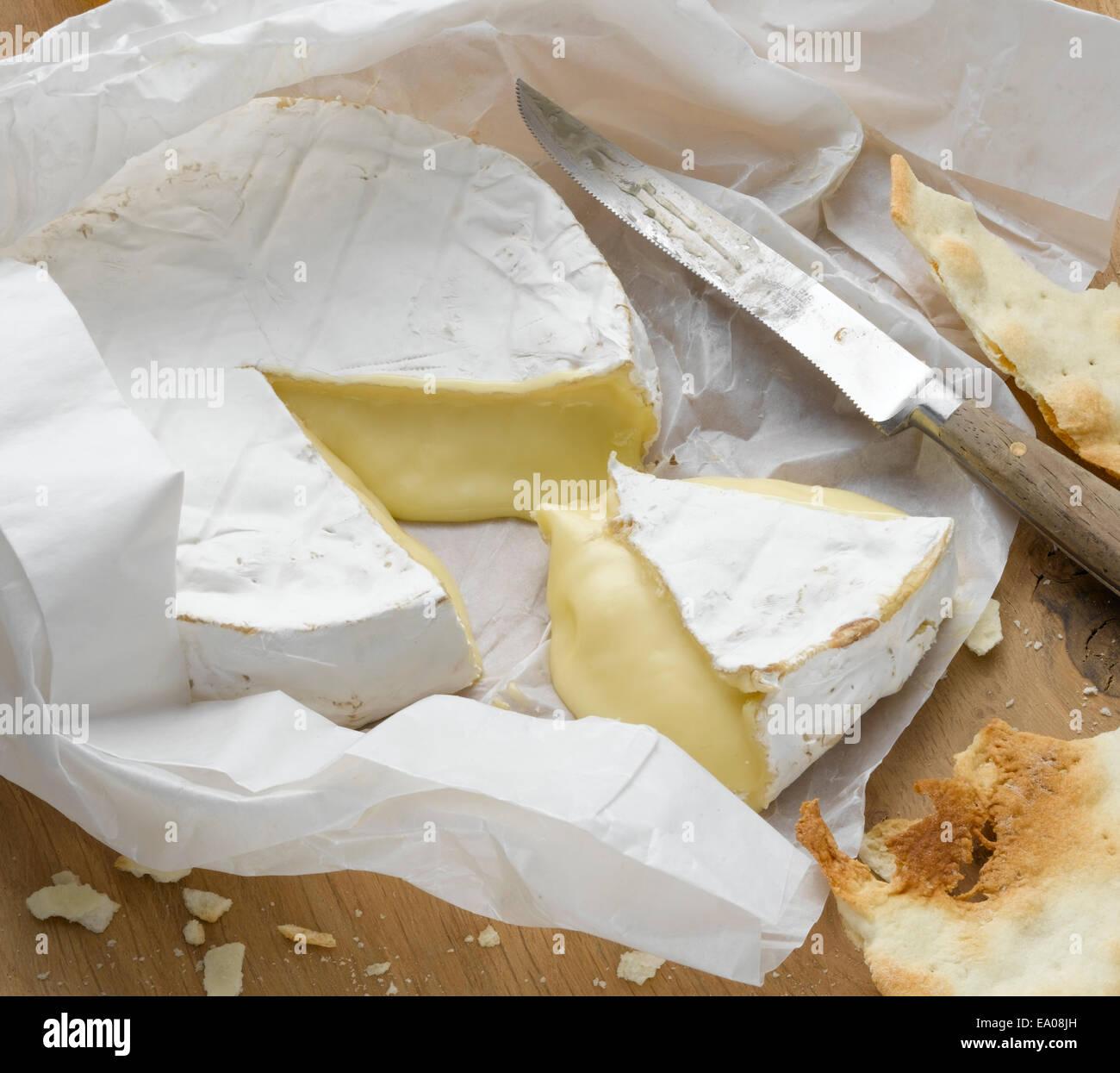 Brie enveloppés dans des Photo Stock