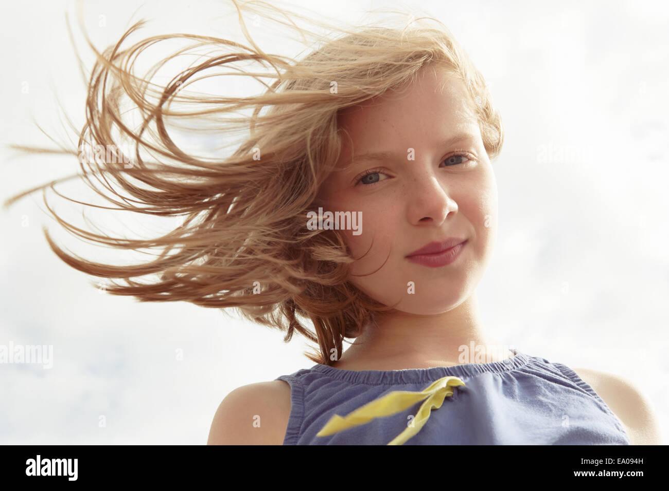 Portrait de fille avec perdus à breezy coast Photo Stock