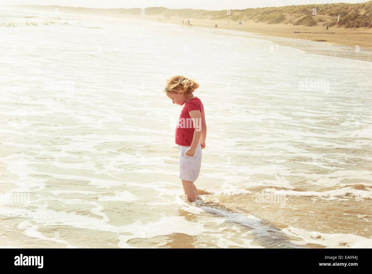La pagaie dans fille, mer de Camber, Kent, UK Photo Stock