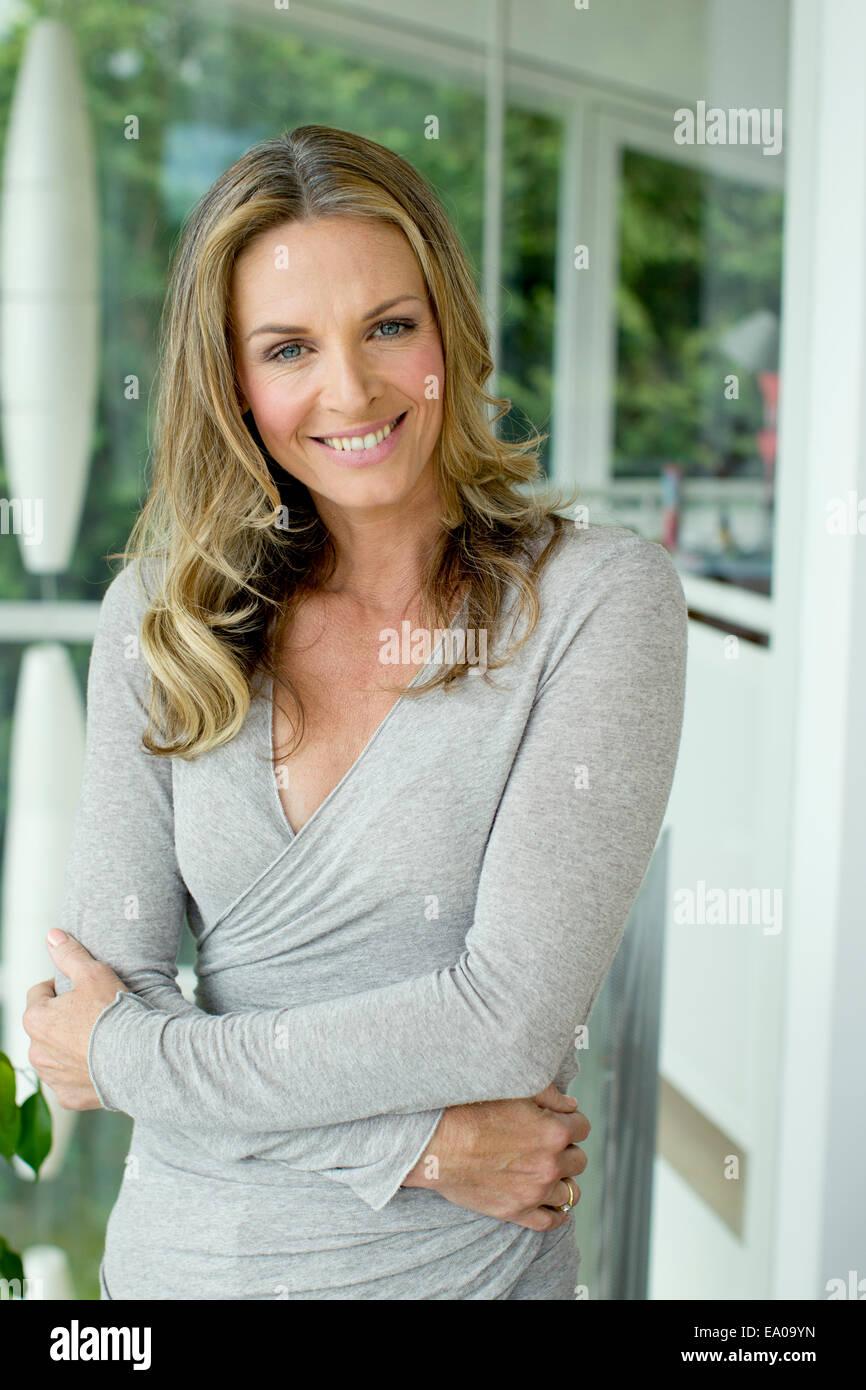 Blonde mature woman smiling, portrait Photo Stock