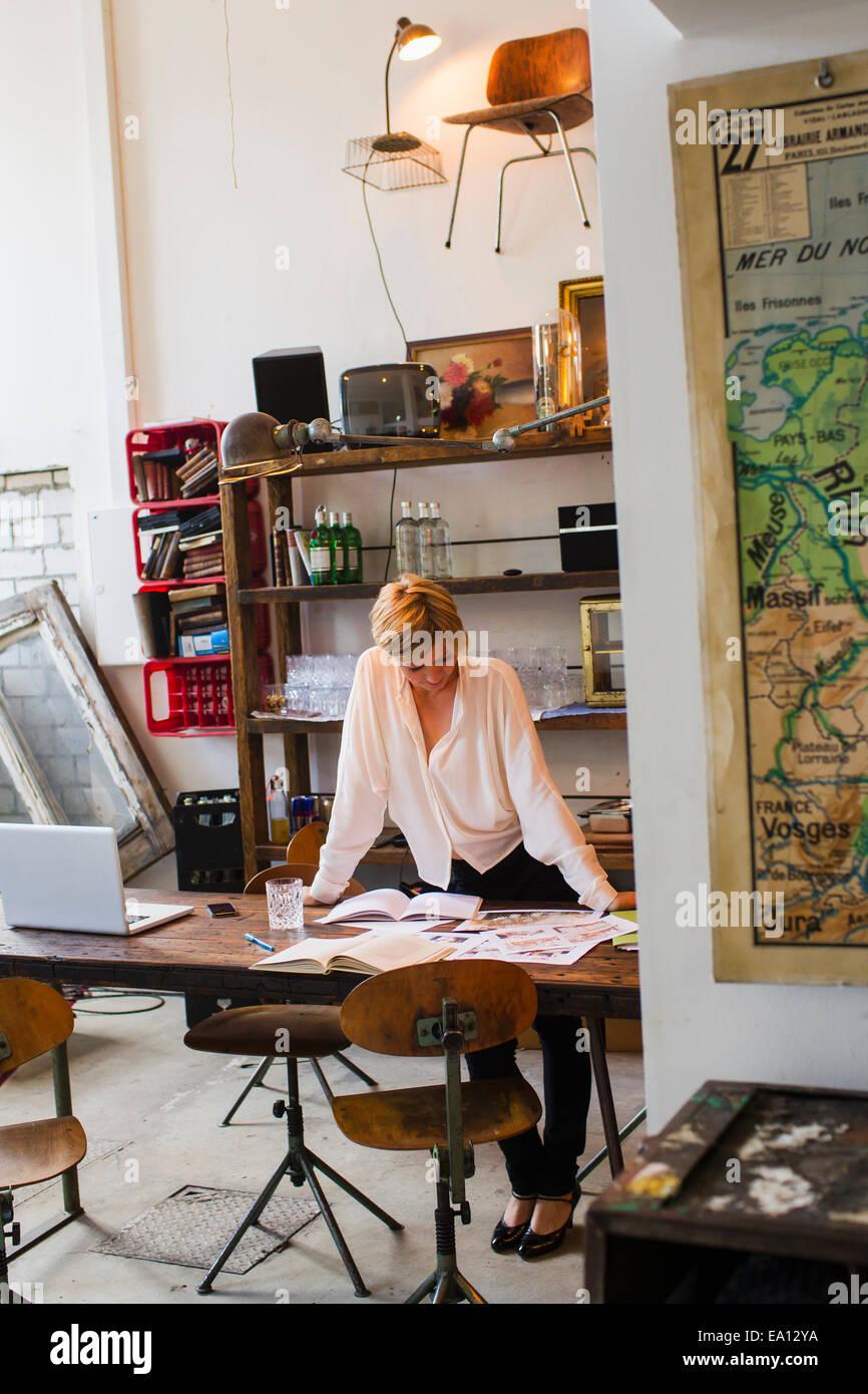 Mid adult woman travaillant dans creative studio Photo Stock