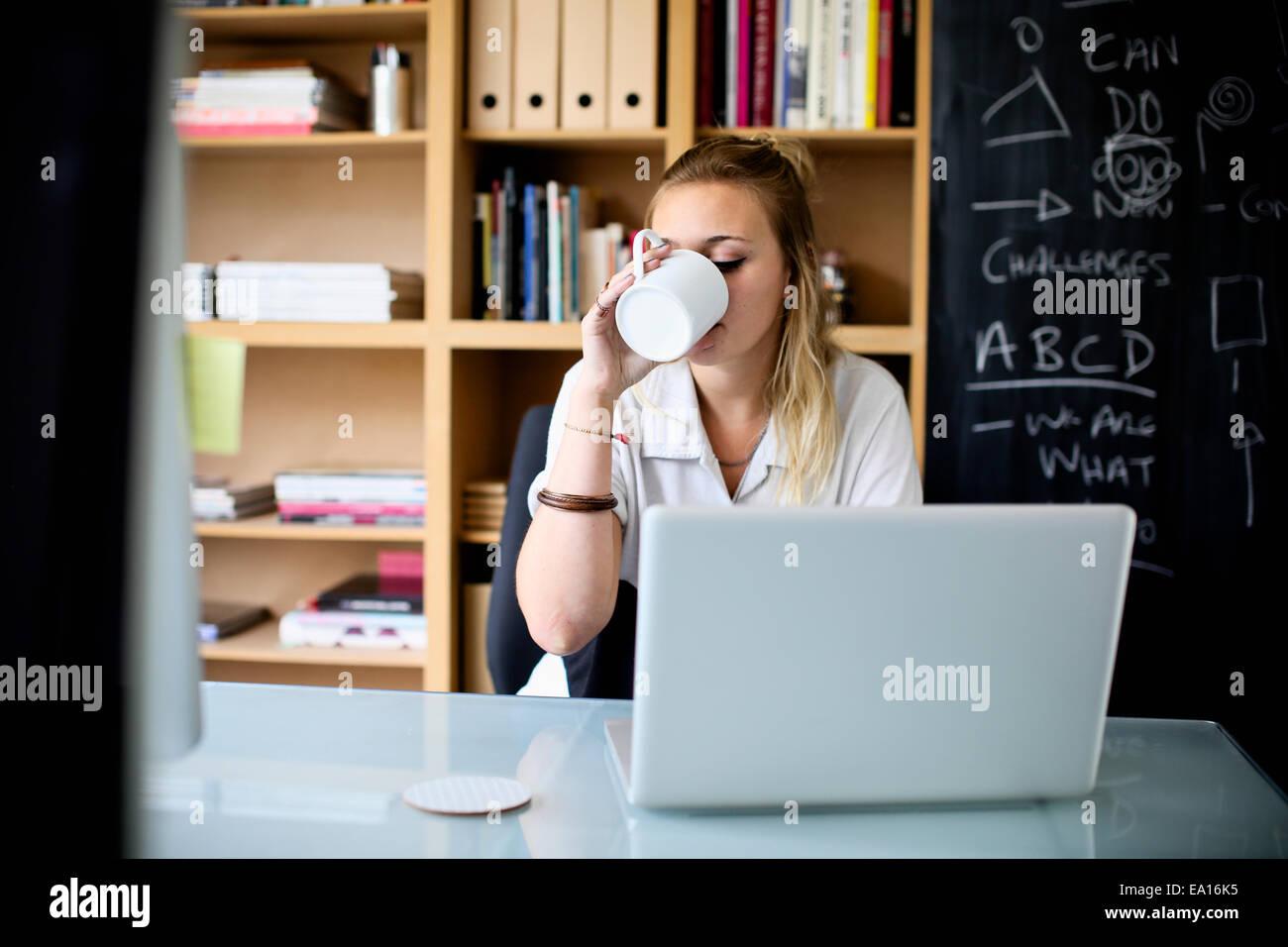 Designer graphique à l'aide d'ordinateur portable au travail Photo Stock