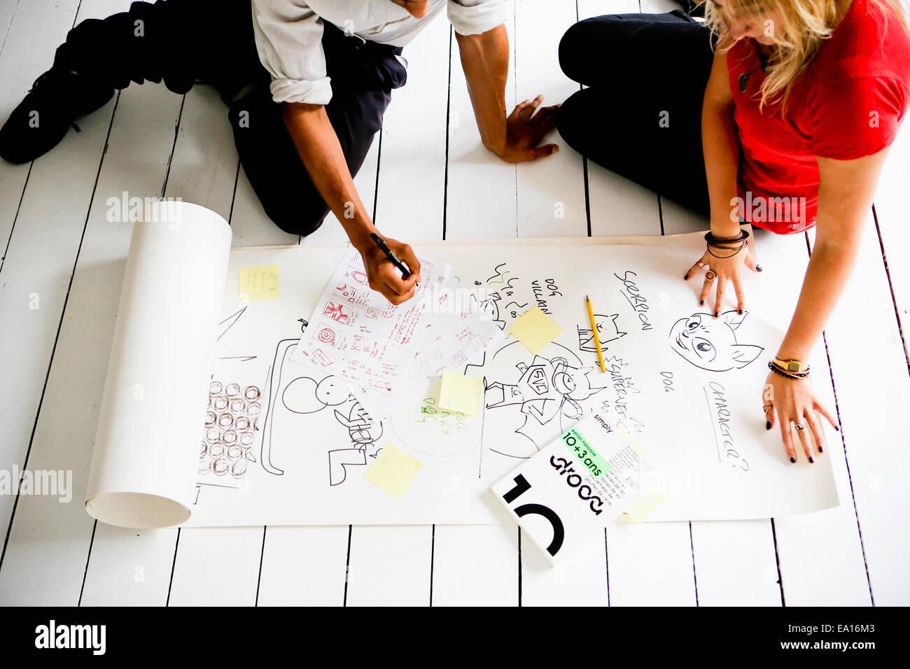 Les concepteurs graphiques brainstorming sur marbre Photo Stock