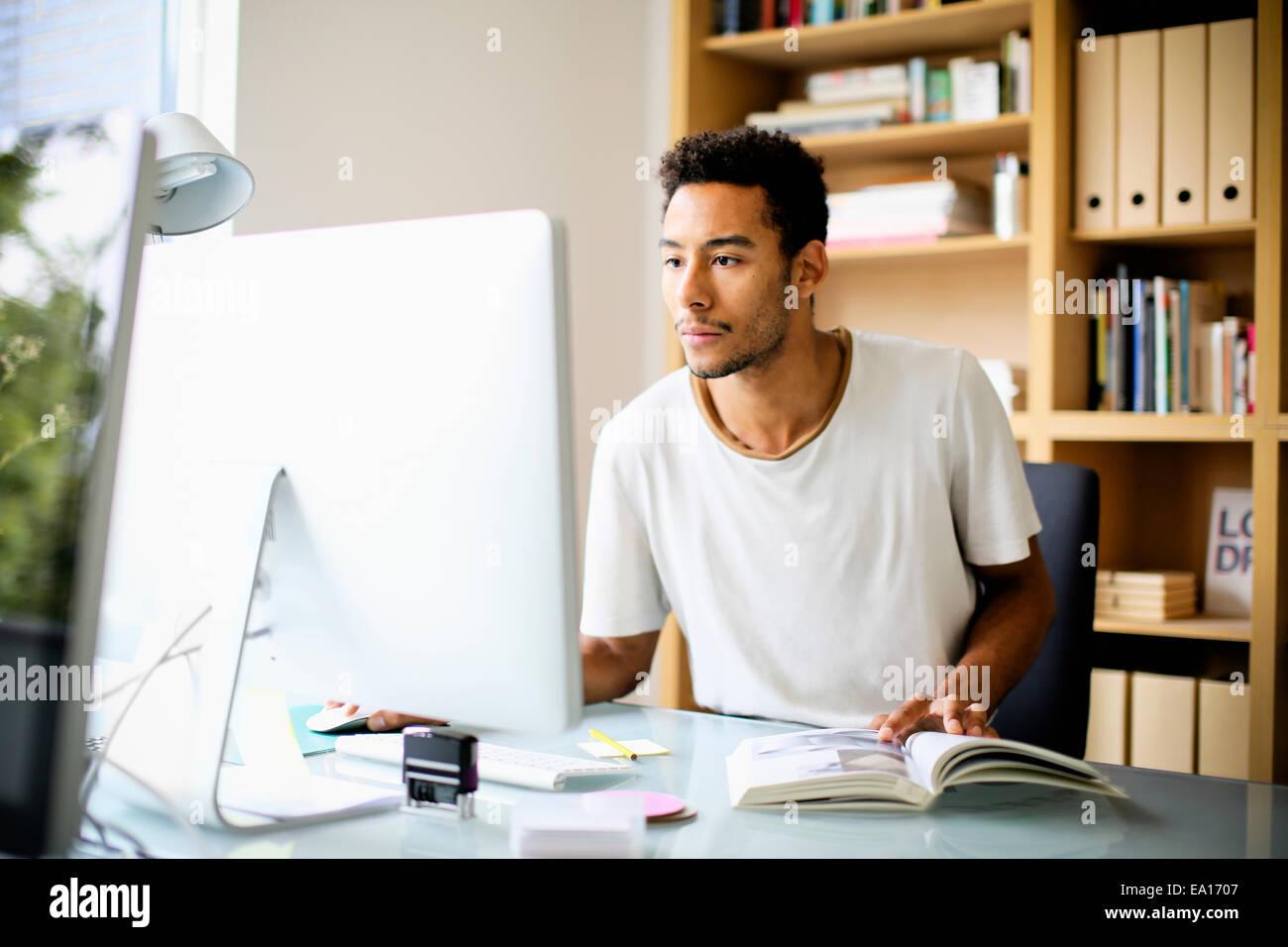 Designer graphique à l'aide d'ordinateur au travail Photo Stock