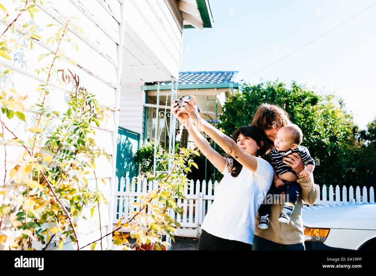 Femme famille prise à l'avant de la chambre selfies Photo Stock