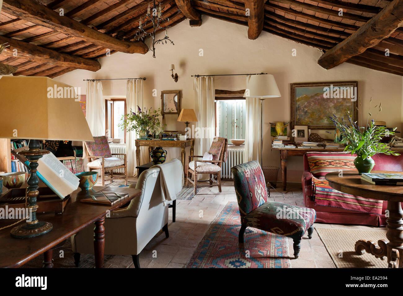 Vieille Chaise Recouverts De Tissu Tapis Turc En Plan Ouvert Salon Avec  Plafond à Poutres Apparentes