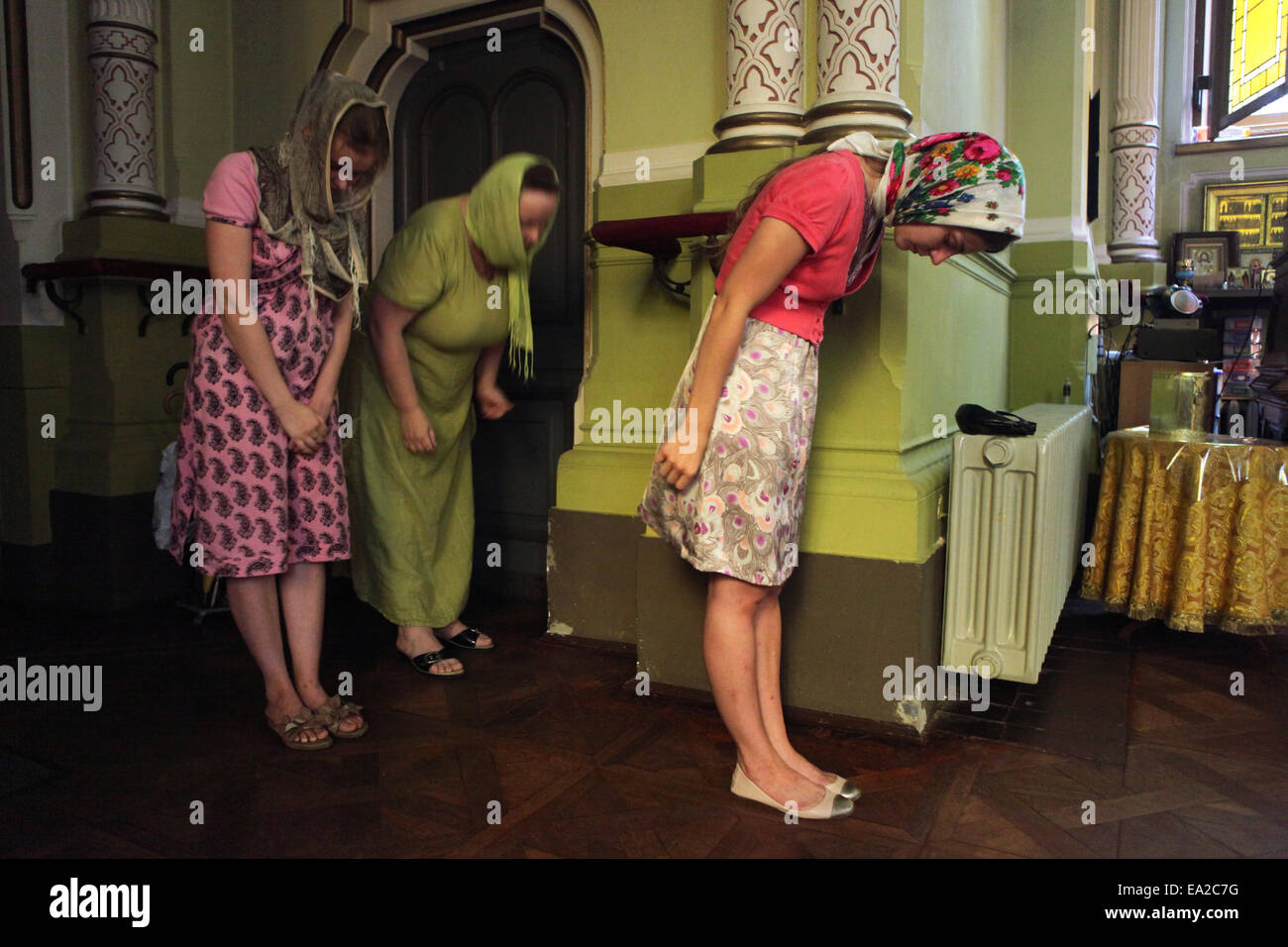 Les femmes et une fille prier pendant une acathistus service dans l'Eglise orthodoxe russe l'église Photo Stock