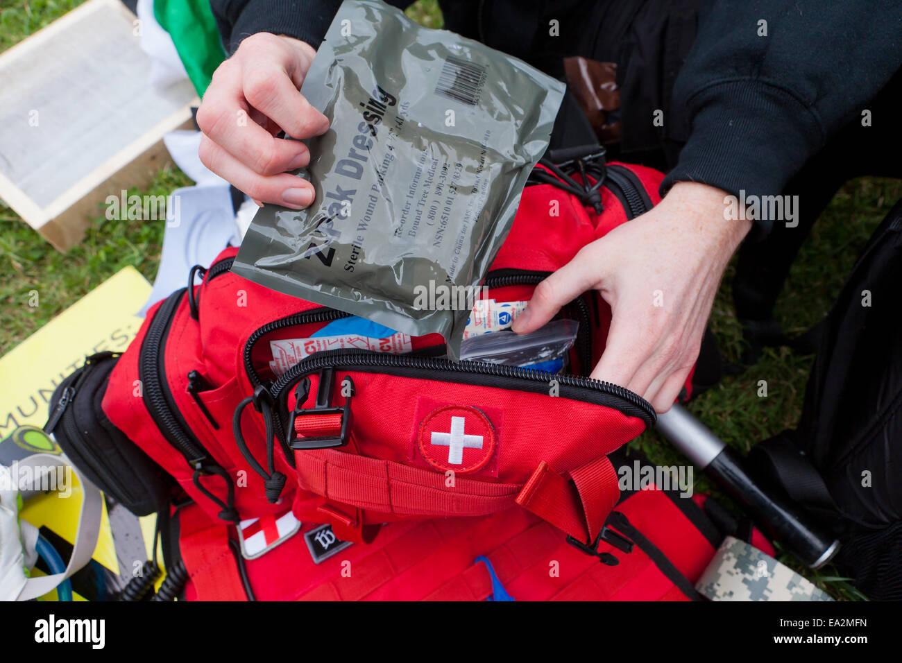 La préparation du personnel EMT trousse de premiers soins - USA Banque D'Images