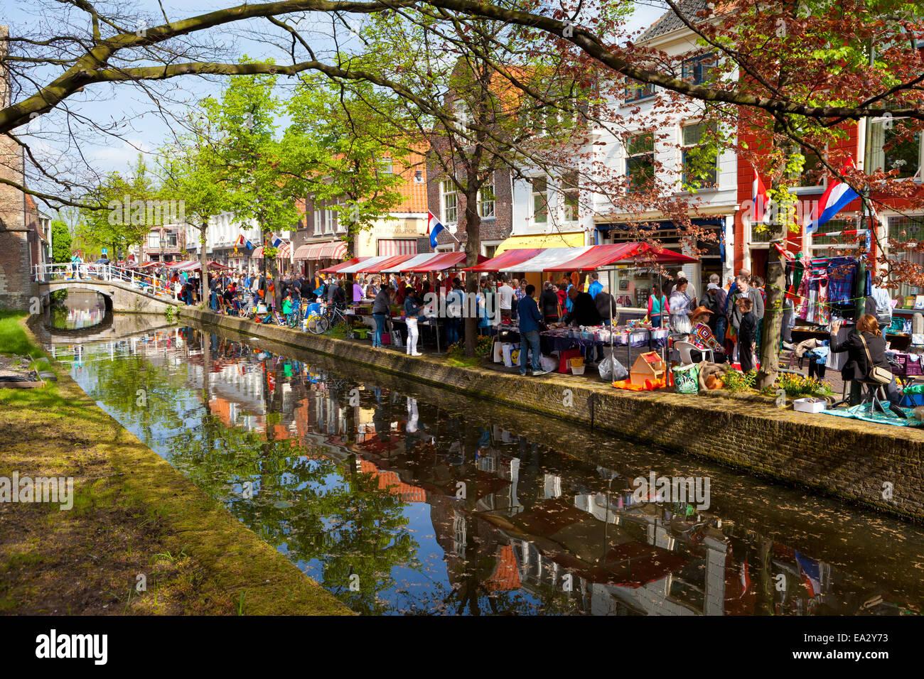 Marché aux puces de la fête du Roi le long d'un canal, Delft, Hollande méridionale, Pays-Bas, Photo Stock