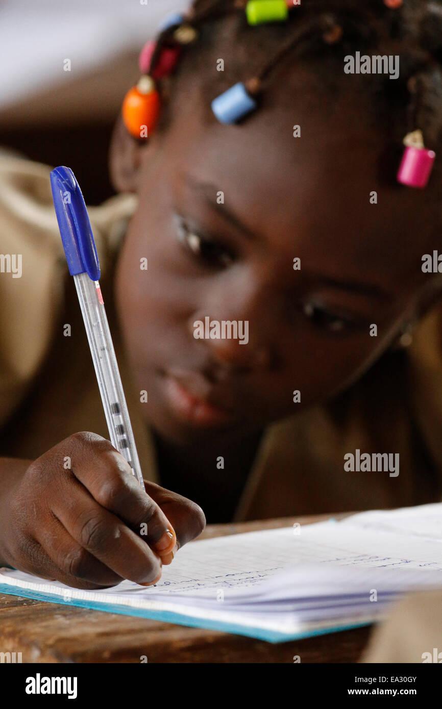 Écolière, l'école primaire de l'Afrique, Lomé, Togo, Afrique de l'Ouest, l'Afrique Photo Stock