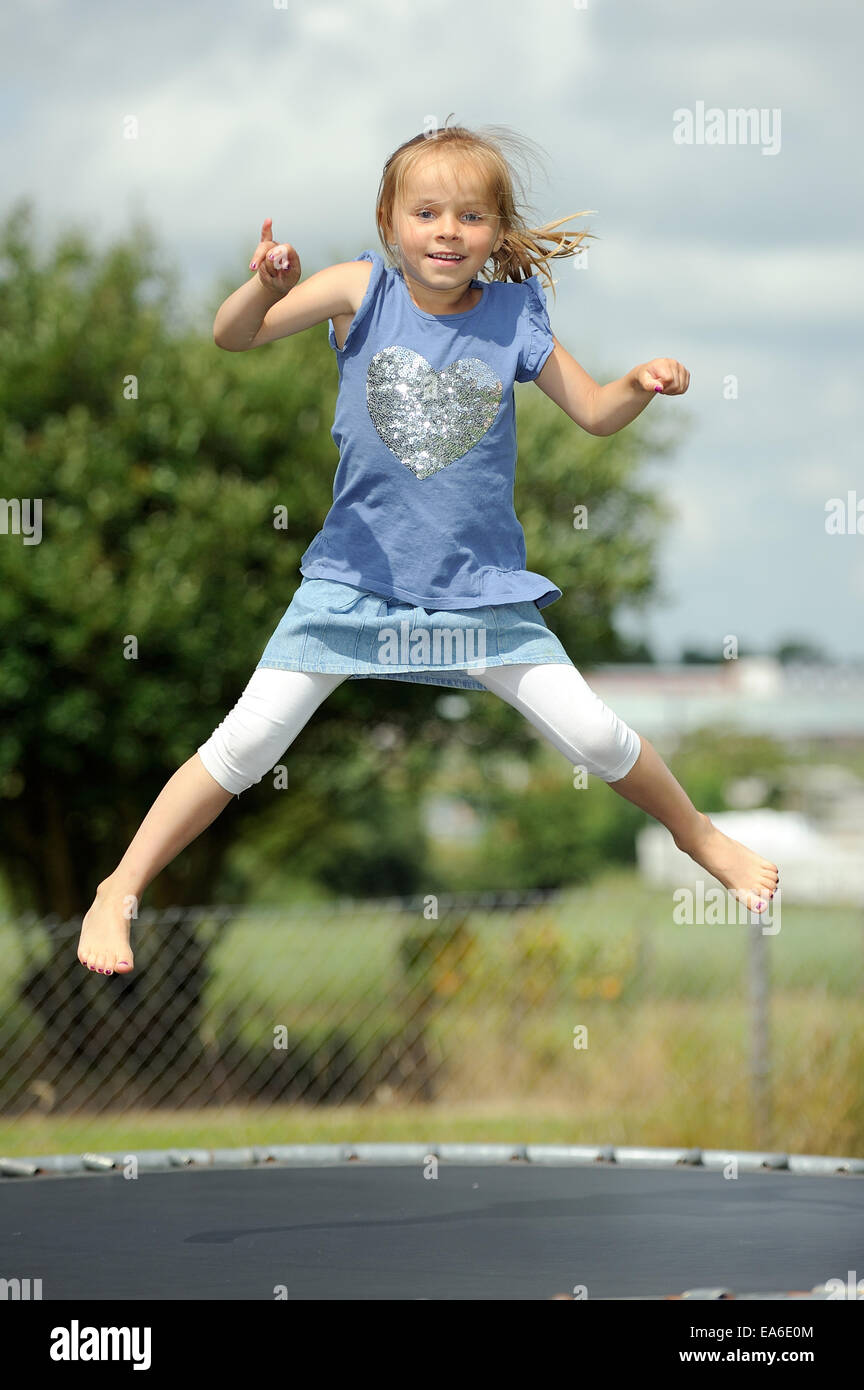Italia, Calabre, Girl (2-3) jumping on trampoline en été Photo Stock