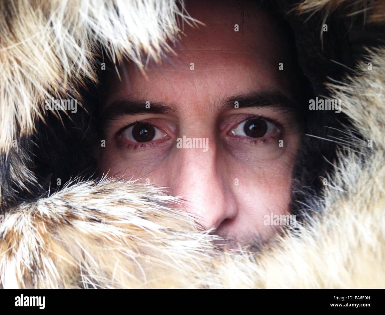 Portrait d'un homme à travers capuche doublée de fourrure Photo Stock
