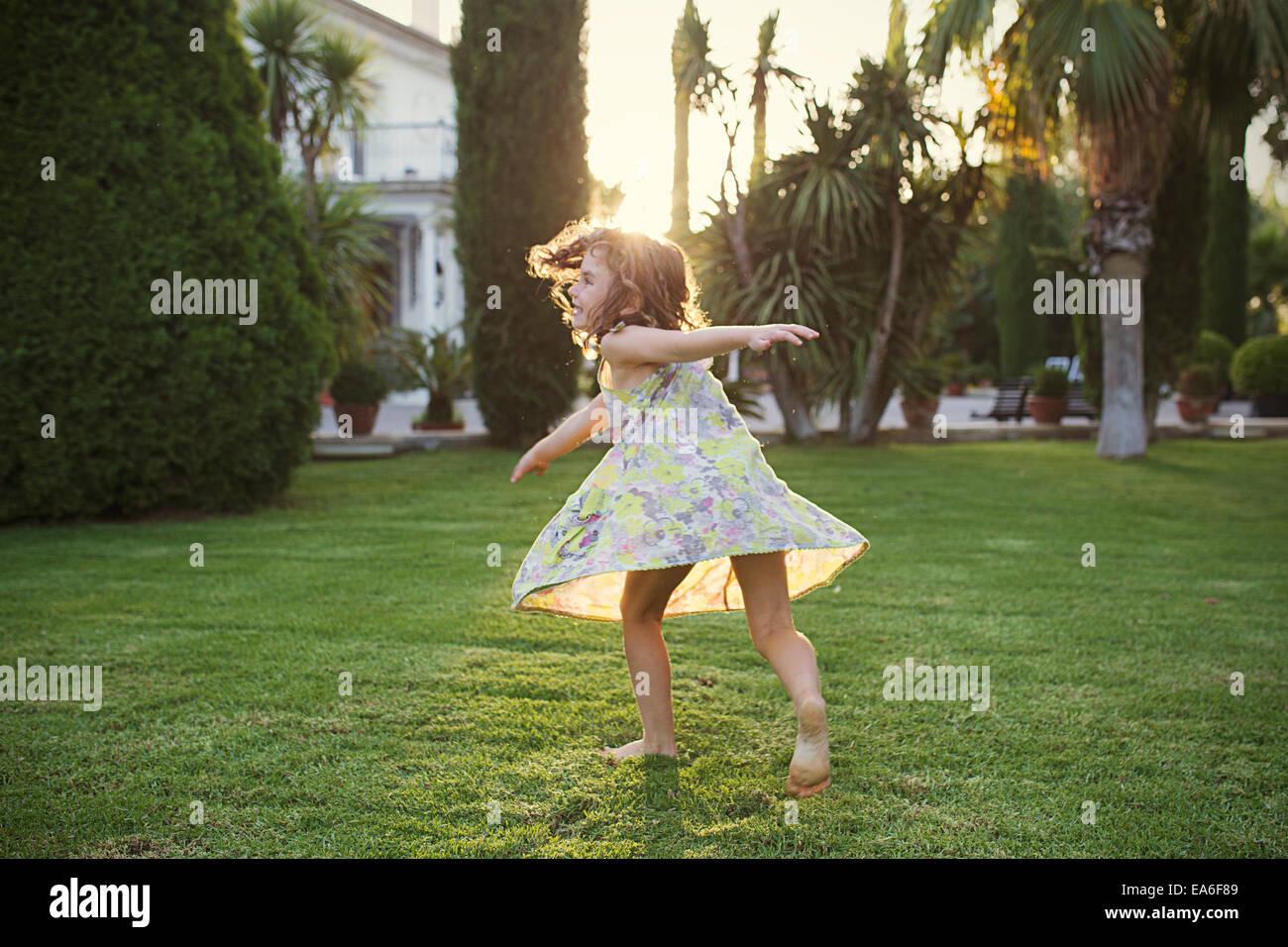 Tourner autour de fille en jardin Photo Stock