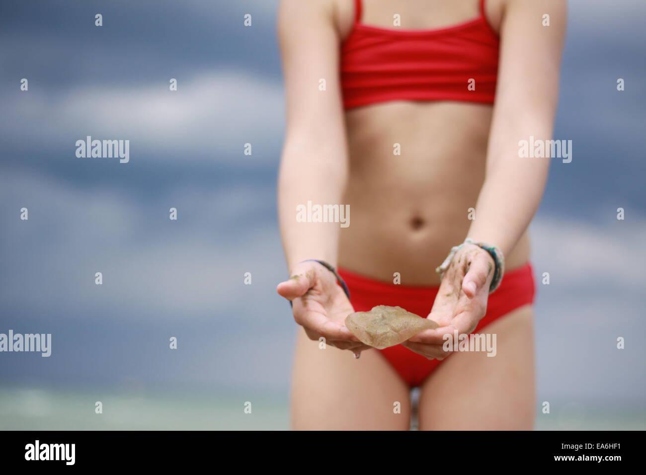 Girl (12-13) holding méduses Photo Stock
