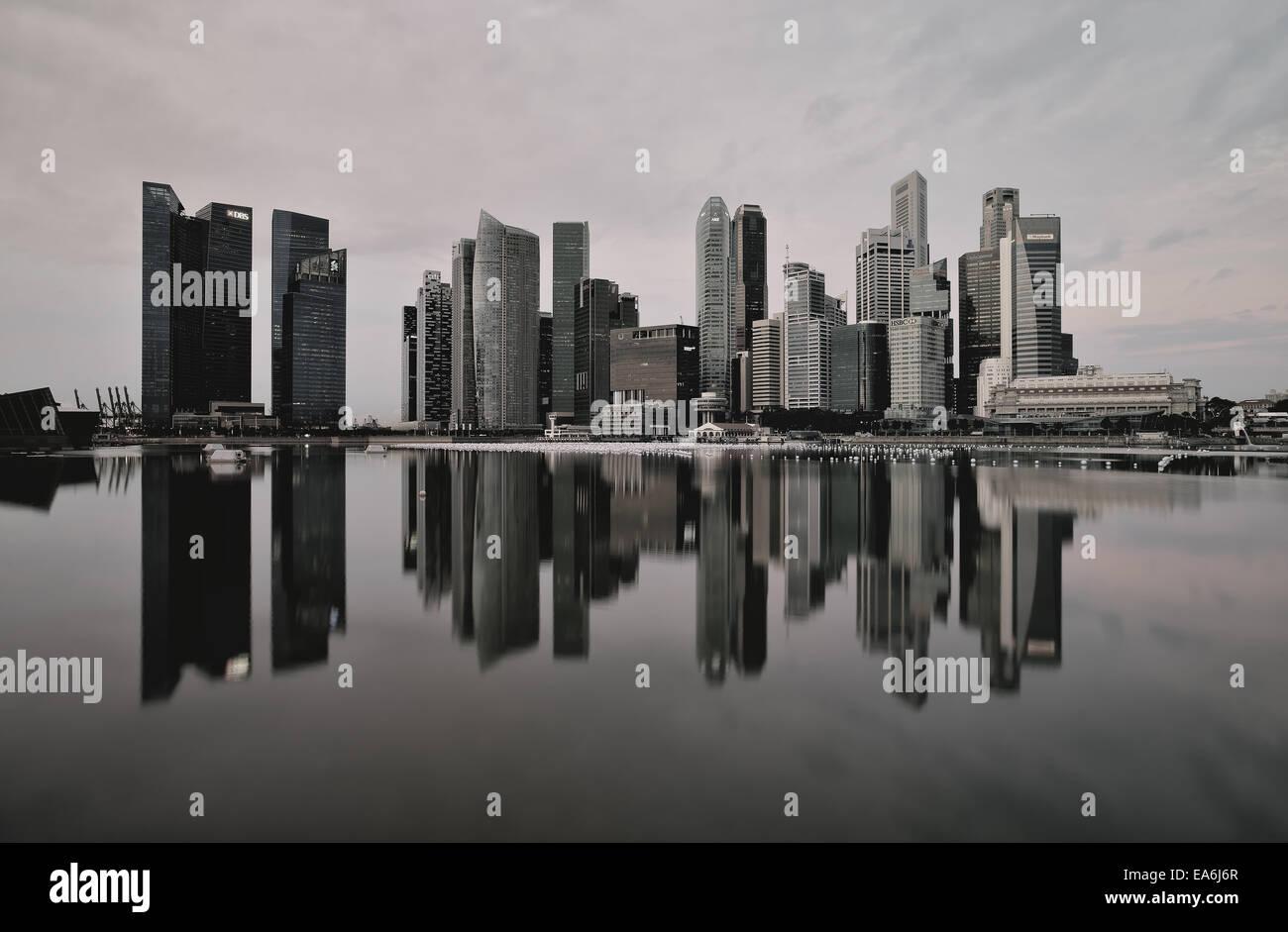 Quartier des affaires de Singapour, prises à partir de la Marina Bay promenade au bord de l'eau Photo Stock