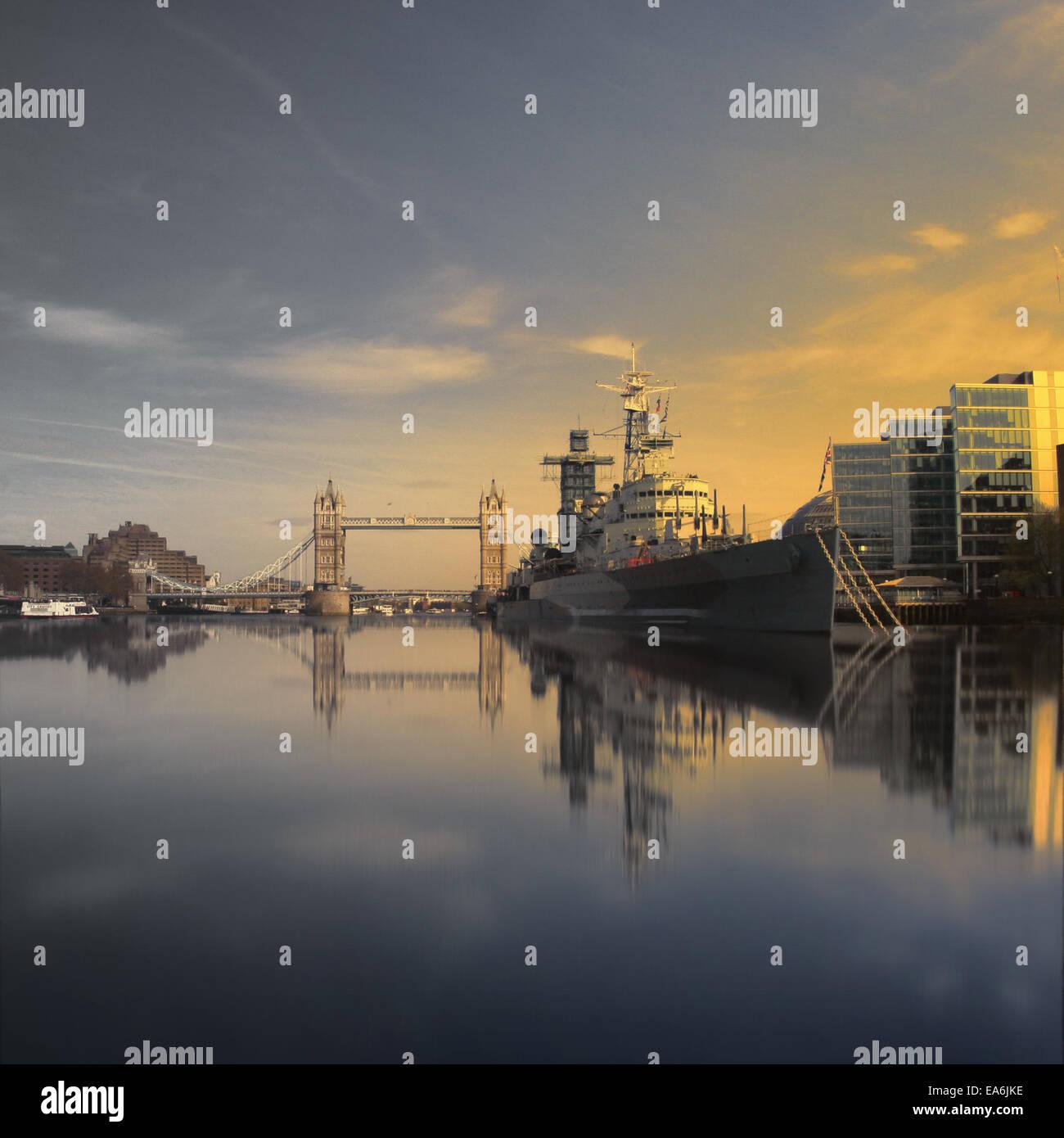 UK, Londres, Tower Bridge et HMS Belfast vu à partir de la ligne d'eau Photo Stock