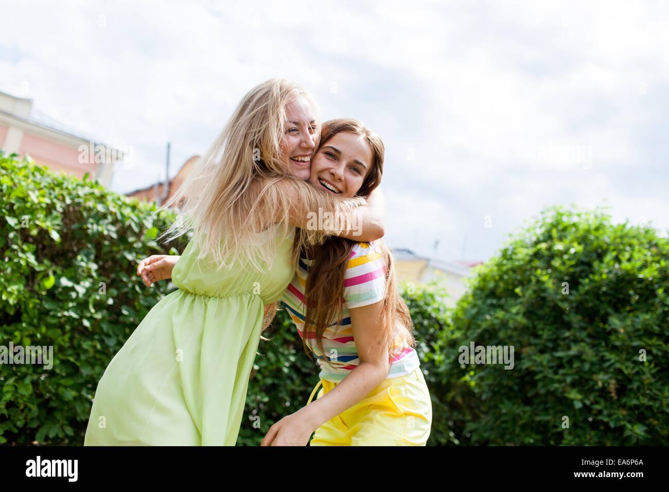 Les filles niaises dans le parc Photo Stock