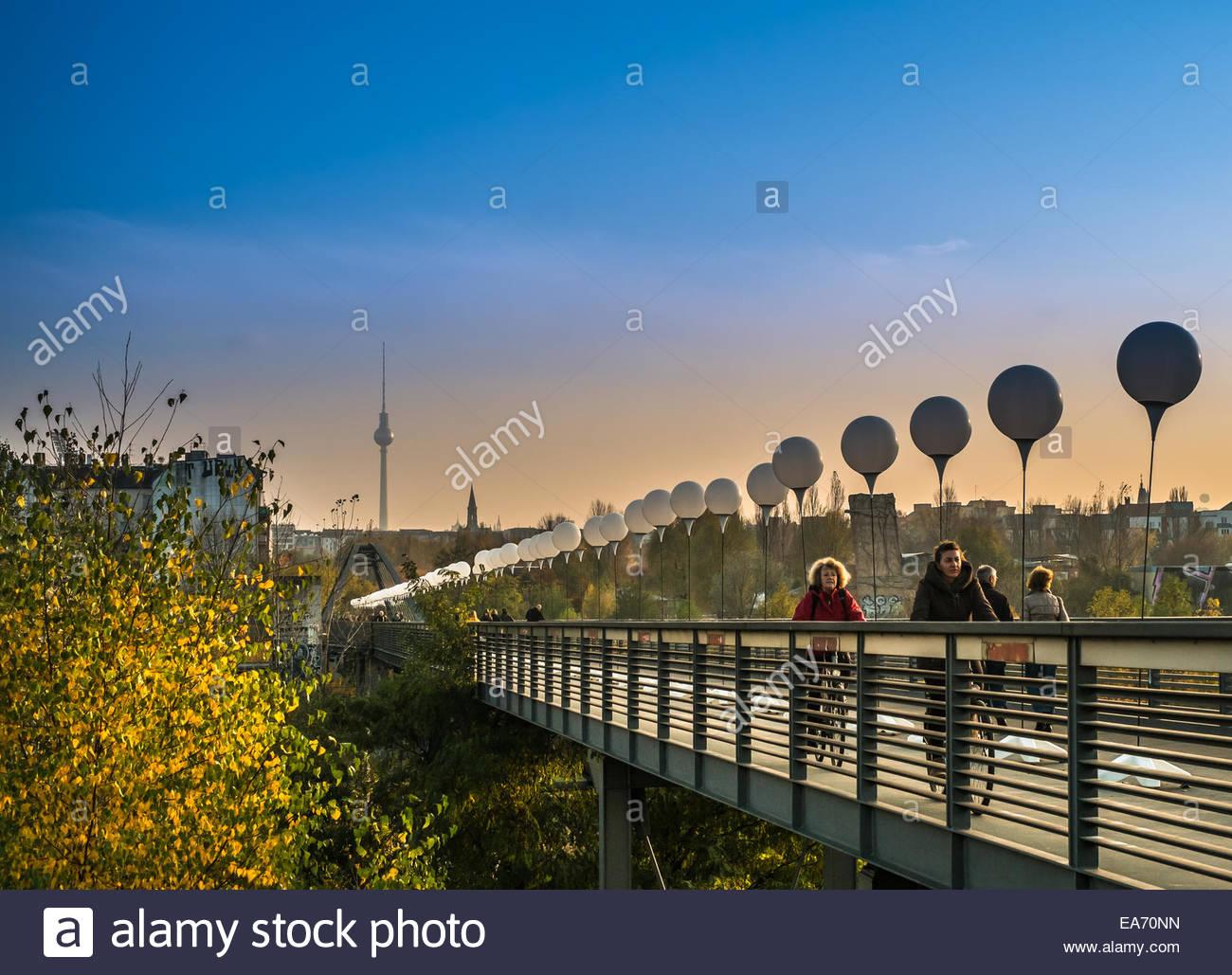 Berlin, Allemagne - 25 ans chute du Mur de Berlin célébration - la lumière frontière - 7 novembre Photo Stock