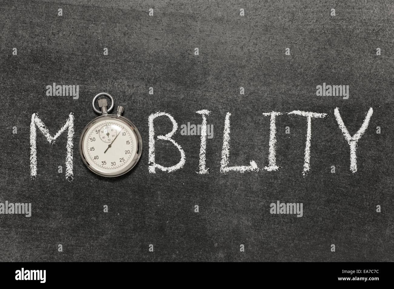 Mot de mobilité à la main sur tableau avec vintage chronomètre précis utilisé au lieu d'O Photo Stock
