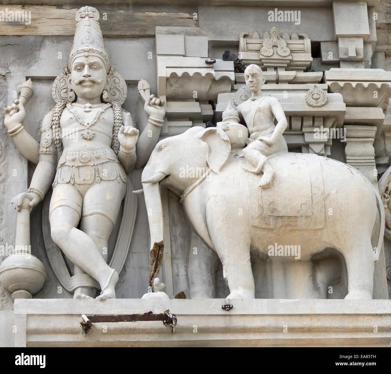 Dwarapalaka, le gardien de la porte, flanquée d'un éléphant. Photo Stock