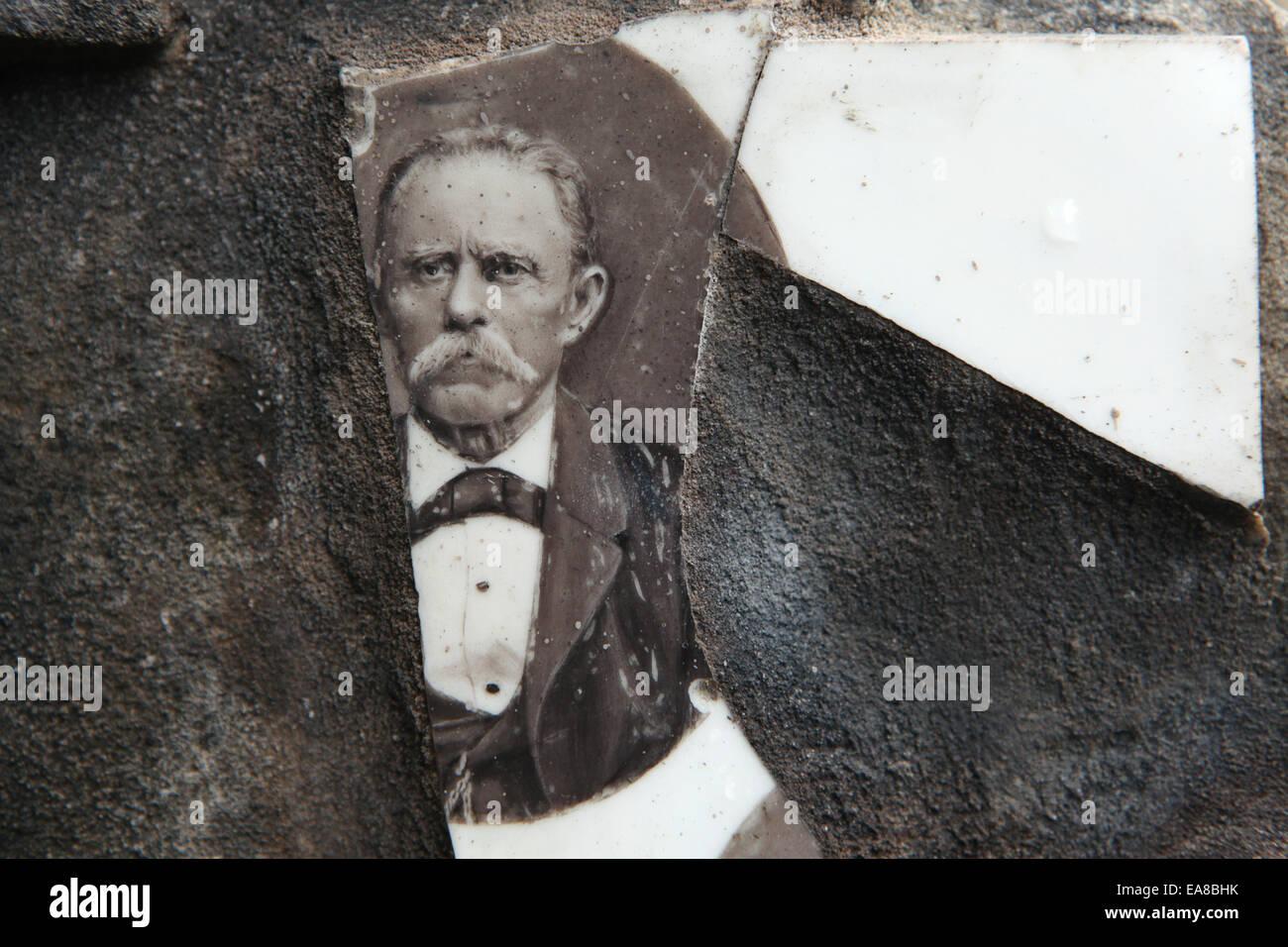 Sur une photographie cassée à la base abandonnée Cimetière Malostransky à Prague, République Photo Stock