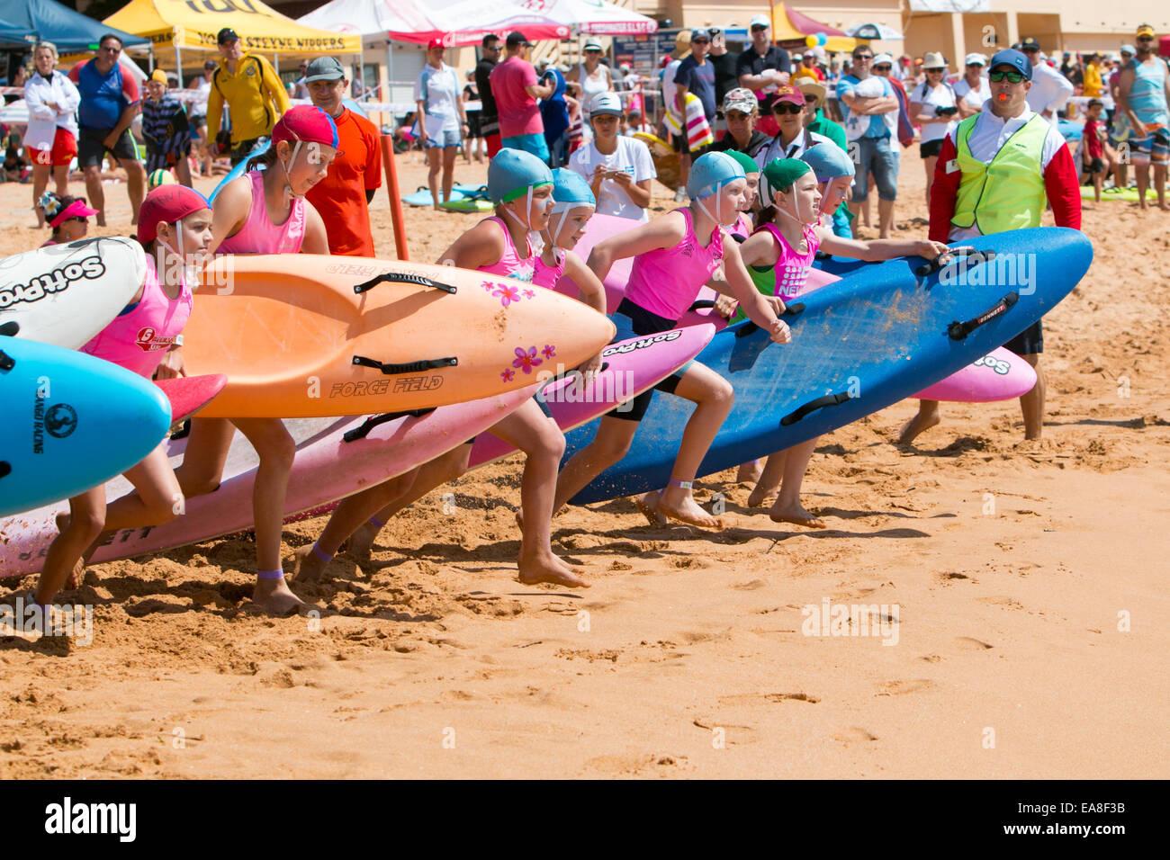 Les juniors et les enfants des plages du nord de Sydney surf clubs à Newport Beach pour le surf life saving Photo Stock