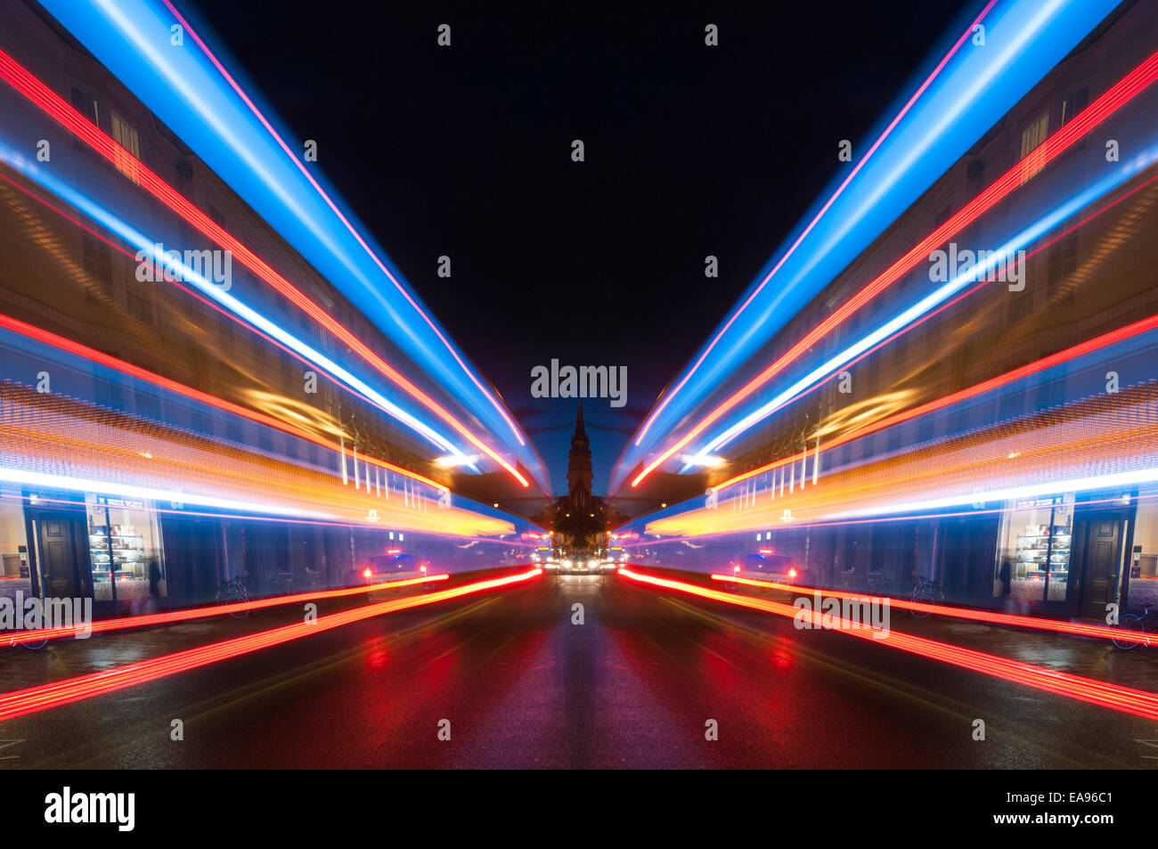 Des traînées de lumière symétrique le long d'Oxford High Street at night Photo Stock